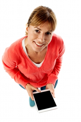 kobieta tablet wnioskująca o konto